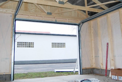 Med en riktig port är garaget komplett. Isolerade takskjutportar är standard och finns i flera modeller med finesser som till exempel portautomatik.