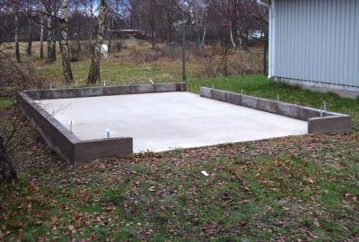Vi rekommenderar gjuten betongplatta med sockel av lecablock. Sockeln hindrar fukten att tränga upp i väggarna.