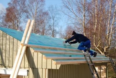 Du kan välja mellan sadeltak 25° och 38°, valmattak 25° eller pulpettak 14° och 25°. Ett bra tips är att välja ett tak som passar med dina övriga byggnader.